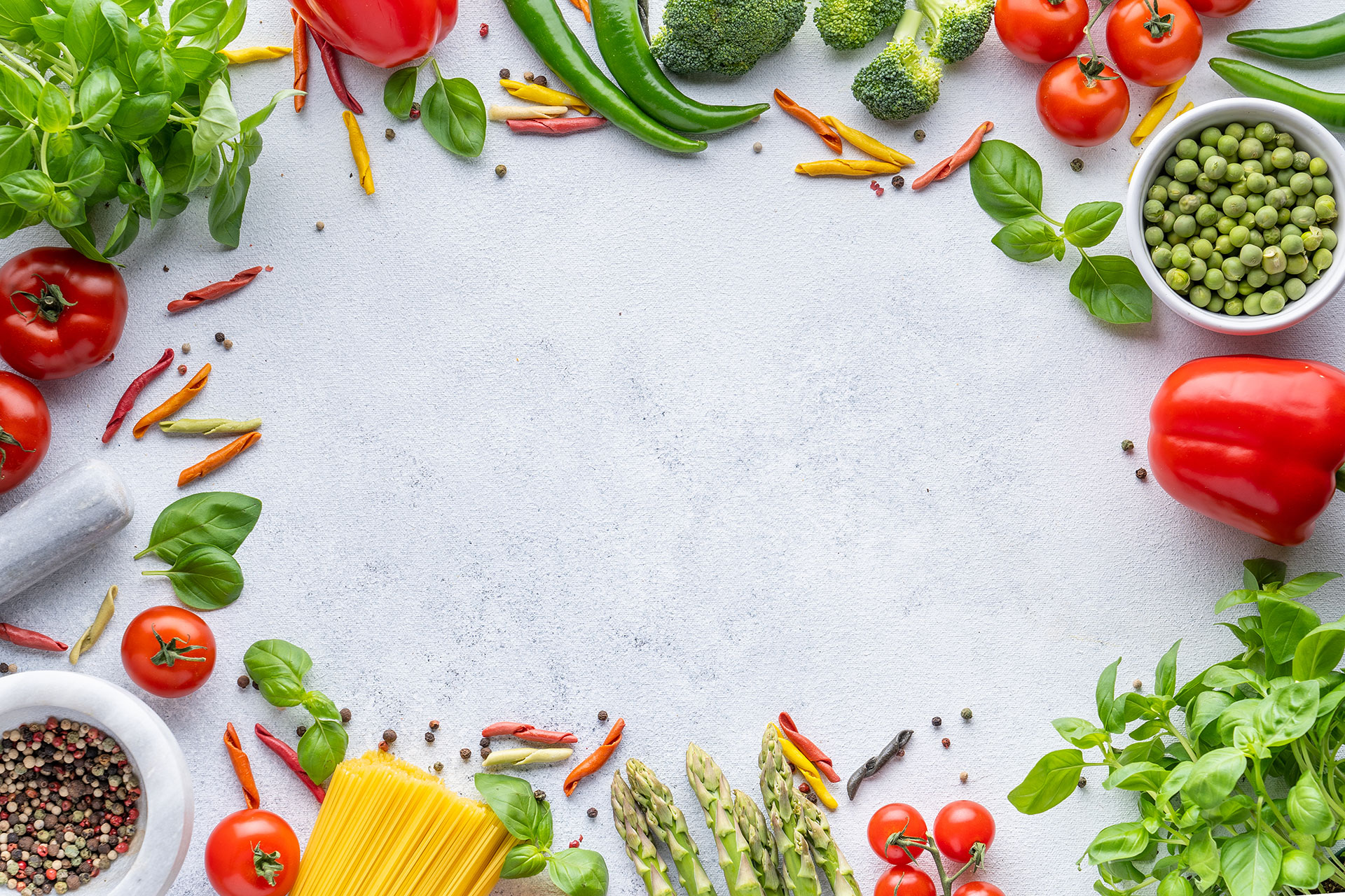 Zelenina a bylinky naaranžované na stole
