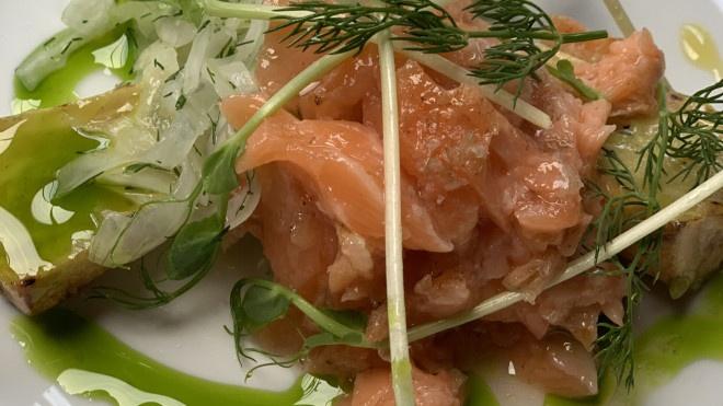Grilovaný wasabi petržlen, cibuľový šalát a zaúdený losos