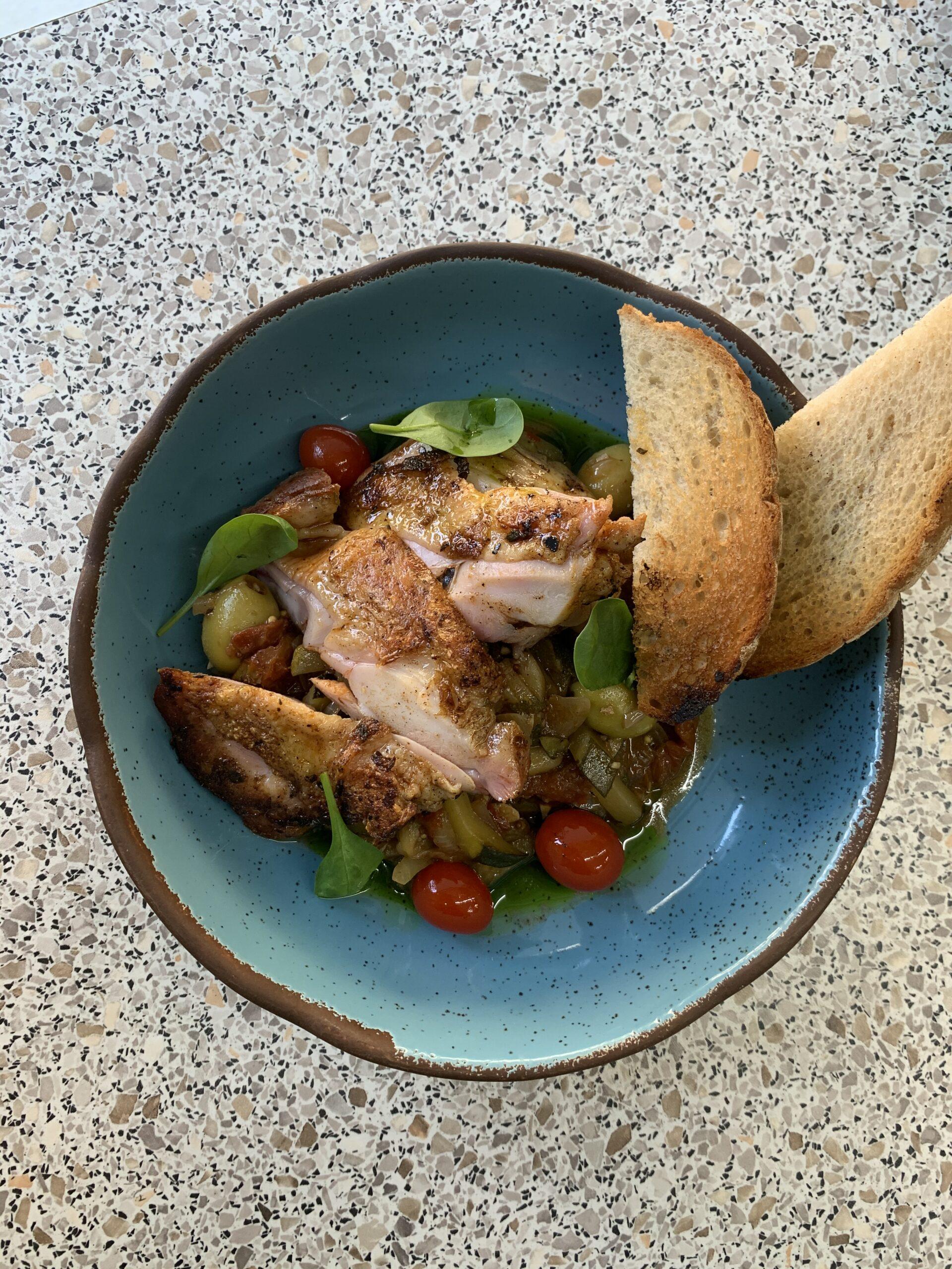 Grilované kuracie stehno so zeleninovým ragú a s olivami